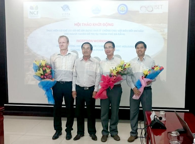 Vice Chairman of Da Nang People's Committee Phung Tan Viet presented flowers to the project's representatives