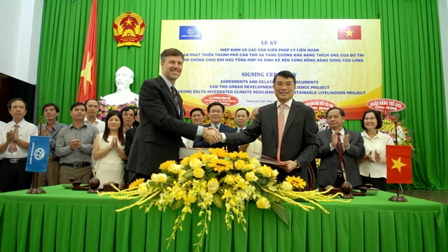 Đại diện Ngân hàng Thế giới và Ngân hàng Nhà nước Việt Nam ký kết thỏa thuận tại Hà Nội ngày 11/7/2016. (Nguồn: sbv.gov.vn)