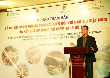 TS Trần Văn Giải Phóng, Viện Nghiên cứu chuyển đổi Môi trường và xã hội trình bày kết quả áp dụng bộ chỉ số VN-CRI tại 5 đô thị thí điểm.